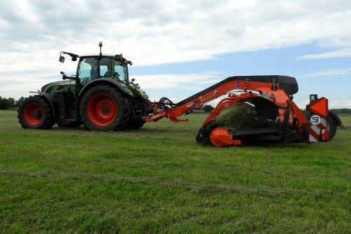 Harken met Kuhn Berge Maxx 950. (950 staat in in de lijst)  https://youtu.be/ByVJKaNv8Ss. Geplaatst door pekkerietfan op 04-07-2020 om 17:44:36, op TractorFan.nl - de nummer 1 tractor foto website.
