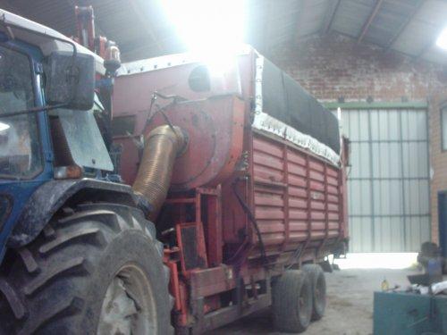 Foto van een Kuhn Logo, bezig met gras maaien. zelf bouw op van gussem zuigwagen in proef  armmaaier agrilonger juidt arm en pomper erden gehouden maar zijn aangepast schilderen en afwerking moet nog geburen