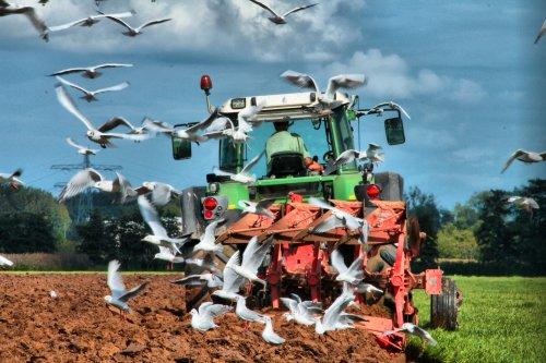Foto van een Kuhn Ploeg, bezig met ploegen / eggen.  nog een oud foto'tje van het graslandvernieuwen :)