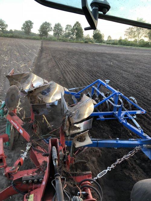 Foto van een Kverneland ploeg. Voor het eerst met steunwiel ploegt al veel beter👌. Geplaatst door bram power op 09-10-2018 om 20:20:11, met 22 reacties.