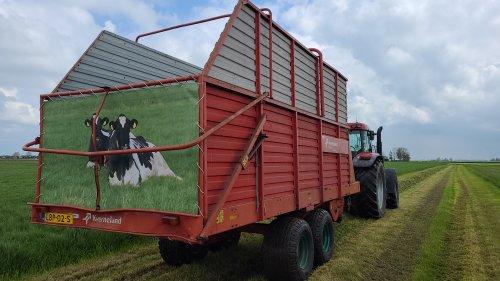 Foto van een Kverneland TA 465, voor dik vier tientjes je eigen koeien op fotoprint. Zaten de ringen er ook al in.
