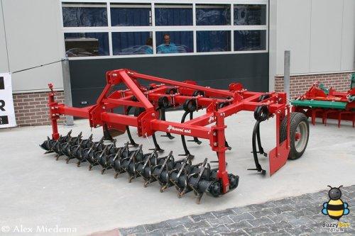 Foto van een Kverneland bij de opening van het nieuwe bedrijfspand voor Van der Maar in Hornhuizen. Zie ook http://alexmiedema.nl/2013/03/03/opening-nieuw-bedrijfspand-van-der-maar-in-hornhuizen/