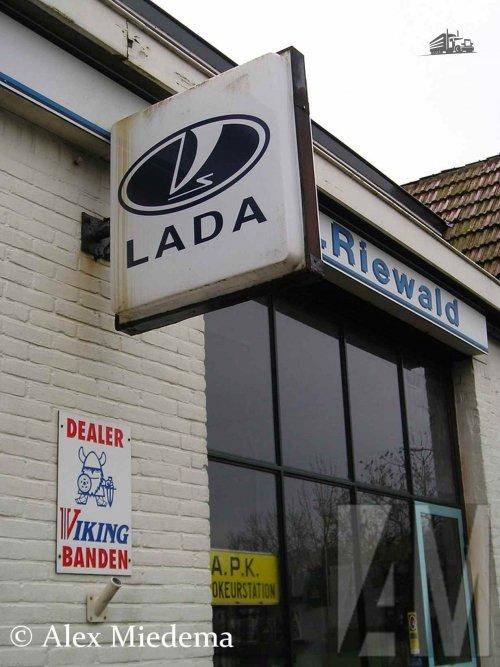 Foto van een Lada logo.. Geplaatst door Alex Miedema op 16-01-2016 om 18:08:37, met 2 reacties.