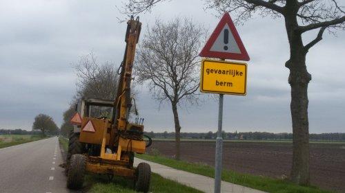 gevaarlijke berm inderdaad... met een big bag aan de kraan over de weg staat gelukkig niet op de foto ;)