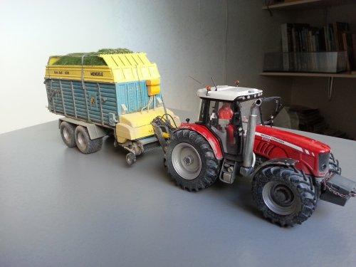 Hier zie je Agrarisch Loonbedrijf Nico Duivenvoorden (Kaag) × met een Landbouw miniaturen 1:32 Massey-Ferguson 6485 met Mengele rotobull 6000 opraapwagen. Verbouwd van een Claas 6800. In detail klopt de wagen niet helemaal, zoals de verdeling van de grijze profielen op de zijkant, ook de pickup is niet origineel, heb alleen de beplating aangepast. Is een combi met de MF 8240 met kuilverdeler, hier tussen mijn foto's.