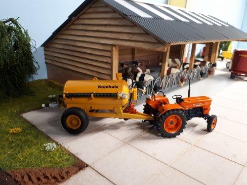 Foto van een Landbouw miniaturen 1:32 Fiat met een verbouwde veenhuis mesttank op het diorama.. Geplaatst door renault gek op 27-01-2019 om 18:24:22, met 32 reacties.