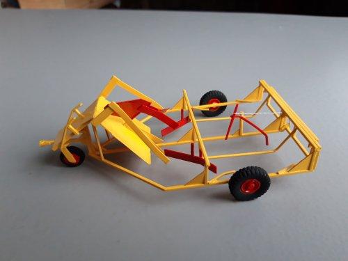 Foto van een Landbouw miniaturen 1:32. Meijer balenverzamelwagen. Complete zelfbouw. Hoop gepriegel om te maken, maar wel mooi gedetailleerd geworden.