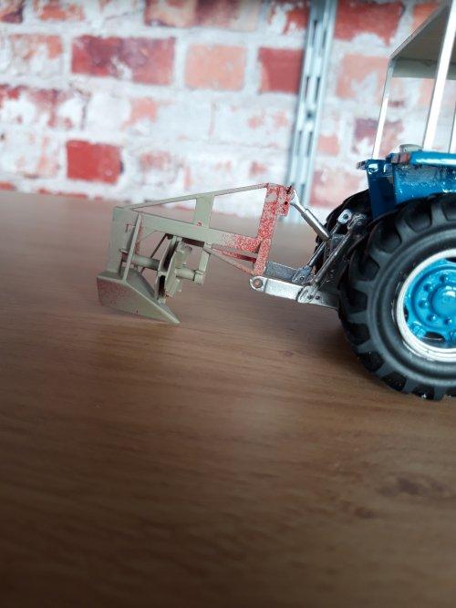 Foto van een Landbouw miniaturen 1:32 Ceres greppelfrees. Uit de jaren 80, simpel, maar o zo nodige machine in natte tijden. Denk dat elke agrariër er wel eentje had staan, denk ook wel relatief goedkope machine. Je ziet ze niet in model, des te leuker om na te bouwen, zeker omdat het maar een paar uurtjes werk is. Komt uiteindelijk aan een Ebro 6080DT, uit de film Spetters uit de jaren 80. De frees is geheel zelfbouw.