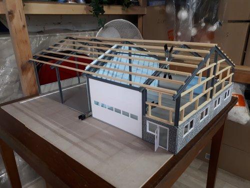 Foto van een Landbouw miniaturen 1:32 Zelfbouw bezig met het bouwen van een nieuwe loods voor op het diorama