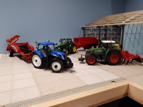 Foto van een Landbouw miniaturen 1:32 diorama drukte op het erf voor de nieuwe loods in aanbouw.. Geplaatst door renault gek op 26-01-2020 om 12:52:10, op TractorFan.nl - de nummer 1 tractor foto website.