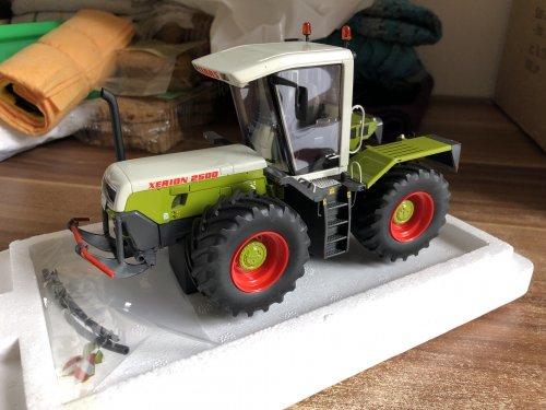 Foto van een Landbouw miniaturen 1:32 Claas, weer een paar modelletjes er bij voor de collectie, Xerion 2500 van autocult, 1 van de 333