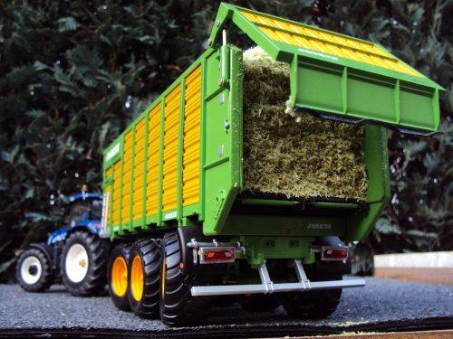 Foto van een Landbouw miniaturen 1:32 Joskin, bezig met maïs inkuilen.. Geplaatst door Stefanmillus op 18-01-2014 om 16:42:35, op TractorFan.nl - de nummer 1 tractor foto website.