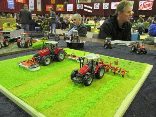 Foto van een Landbouw miniaturen 1:32 Meerdere, bezig met poseren. LCN Zwolle 2015. Geplaatst door zetor4ever op 21-11-2015 om 16:42:07, op TractorFan.nl - de nummer 1 tractor foto website.