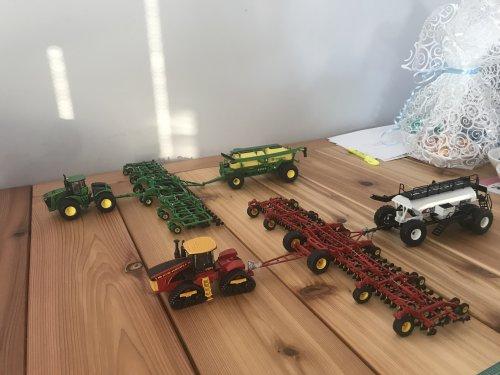 Foto van een Landbouw miniaturen 1:64 meerdere, JD 9620 met drill, en Versatile 610DT met bourgault still. Dit weekend gekocht op de Saskatoon toy show