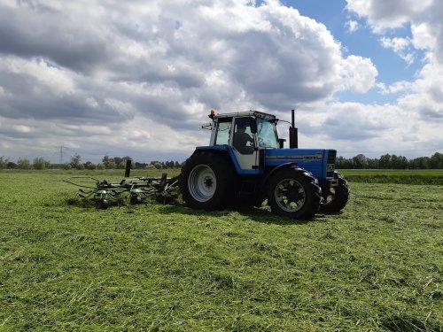Foto van een Landini 13000 aan het schudden. Vandaag paar percelen bio grasklaver geschud.. Geplaatst door Ritchie op 13-05-2020 om 22:38:25, met 9 reacties.