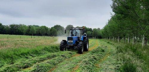 Foto van een Landini 13000, het hooiland gemaaid met de nieuwe maaier. Schiet wel op zo!. Geplaatst door Ritchie op 05-06-2021 om 19:42:36, met 9 reacties.