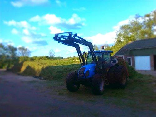 Foto van een Landini Powerfarm 85, bezig met gras inkuilen.. Geplaatst door aukejan13 op 08-02-2015 om 13:08:19, op TractorFan.nl - de nummer 1 tractor foto website.