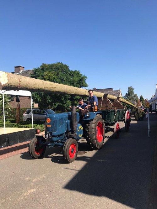 Lanz Bulldog op 24 augustus 2019 voor de dennewagen van Joonkheid Suub-Iezere tijdens het halen van de St. Rosa-den, die later op de avond op het dorpsplein geplant werd door de Joonkheid en de getrouwde mannen uit Sibbe en IJzeren.