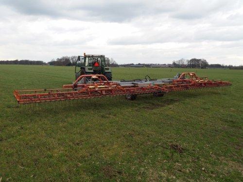 Foto van een Lely Wiedeg snel netjes werken. Met iets meer werkbreedte en minder snelheid bijna 8 ha per uur kunnen eggen. Trekker kan hem ook prima trekken met 14 kmh