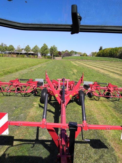 Foto van een Lely Schudder Het verschil tussen wel gekneusd gras en niet. Is trouwens ook geen mest op gekomen dat kun je goed zien 😅
