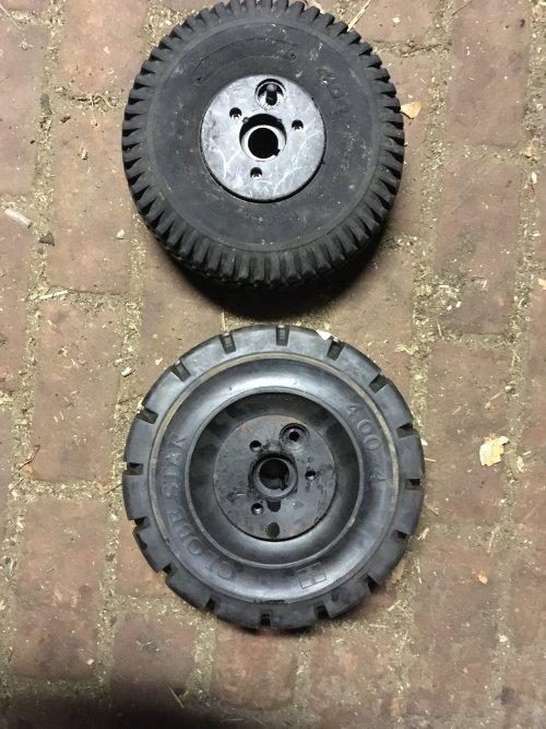 Massieve heftruck banden op de mestrobot gemaakt €75,00 p/s exc btw, een heel verschil kwa kwaliteit en prijs vergeleken met de originele lely bandjes €100,00 p/s en na 5 jaar kapot