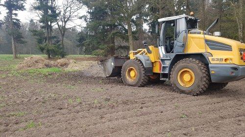 Foto van een Liebherr 538 aan het mest laden. Geplaatst door Fordje4600 op 15-04-2018 om 21:10:59, op TractorFan.nl - de nummer 1 tractor foto website.