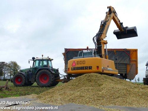 Foto van een Liebherr 900 , Loonbedrijf Oussoren uit Westbroek en Ten Hove uit Kampen aan het mais hakselen ZIE OOK DE VIDEO https://youtu.be/pbaRcLgcJlc