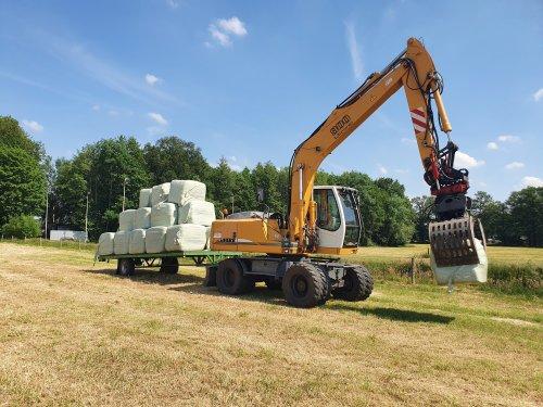 Foto van een Liebherr 900 litronic, vandaag de 87 hooibalen opgehaald van het land. 1.5 ha. Geplaatst door Fordje4600 op 16-06-2021 om 17:34:34, met 11 reacties.