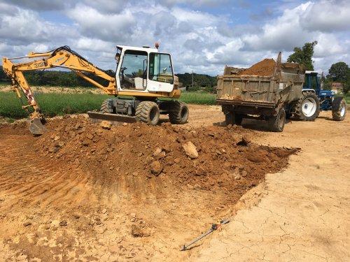 Tussen de bedrijven door zijn we begonnen met de bouw van een nieuwe melkvee stal. Zodra het weer droog is doe ik een paar scheppen. De kieper is van de buurman