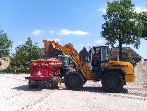 Liebherr L512, bezig met zand laden.. Geplaatst door Favorit614 op 26-05-2011 om 12:27:23, met 16 reacties.