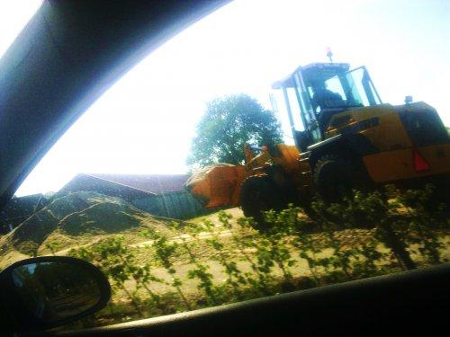 Foto van een Liebherr L512, bezig met dumperen. rij je naar huis kom je favorit614 tegen. Geplaatst door Mc_douwel op 31-05-2011 om 15:19:54, met 2 reacties.