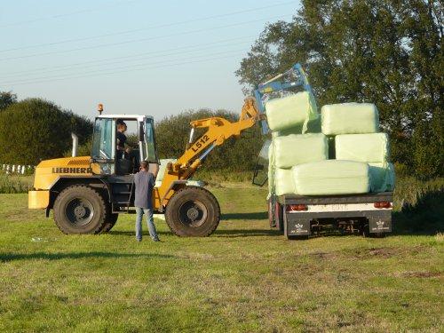 Liebherr L512, bezig met balen halen voor Jansen Wijhe.. Geplaatst door Favorit614 op 02-10-2011 om 10:37:20, met 5 reacties.
