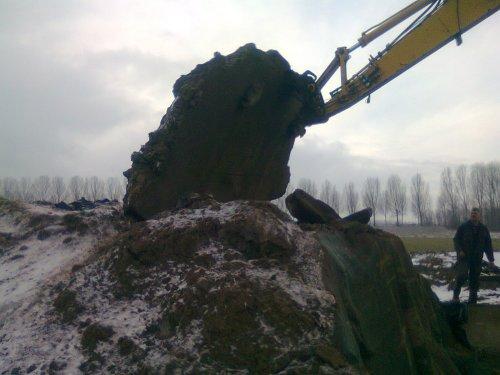 Last van de vorst? kuil open maken stelt niks voor zo haha duwde hem met de kraan zo om. Geplaatst door martijn-fendt op 13-02-2012 om 15:03:58, op TractorFan.nl - de nummer 1 tractor foto website.