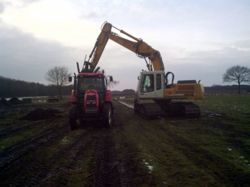 Foto van een Liebherr 914, bezig met sloot maken. Loonbedrijf K&D met de kraan slootje maken :D. Geplaatst door zetordrivertimo op 13-02-2013 om 20:16:27, op TractorFan.nl - de nummer 1 tractor foto website.