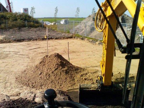 Foto van een Liebherr 308 bezig met uitgraven bouwput en aanvullen met woudzand. Geplaatst door HanomagFan op 10-08-2016 om 00:52:31, op TractorFan.nl - de nummer 1 tractor foto website.