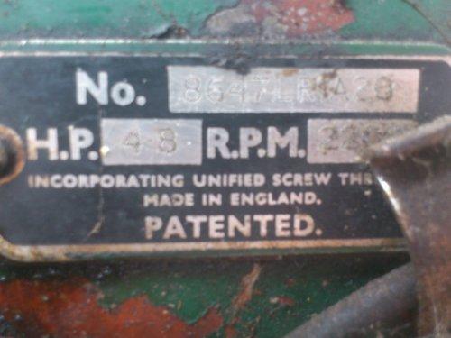 Foto van een Lister LR1, bezig met poseren. Typeplaatje, im het serienummer staat LR1, dus vermoed dat deze stationaire eencilinder een LR1 is. Draait 2200 rpm en heeft 4,8 pk. Pa heeft m na 11 maanden eindelijk eens opgehaald.