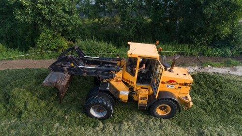 Loonbedrijf Bol aan het gras oprapen met op de bult hun Ljungby Maskin L12 shovel.  Meer foto's zijn te bekijken op: http://www.trekkerfotografie.nl