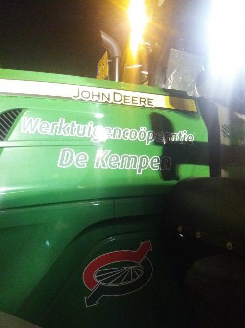 Foto van een Logo Loonbedrijf. In de nacht van zaterdag op zondag heeft loonbedrijf  De Kempen ons geholpen op het feestje Dominator op het E3 strand te Eersel met water sproeien tegen het stuiven. Het was daar ook zo droog dat wij en anderen geen hand meer voor de ogen zagen door het stof wat de zuigmachines produceerden. Vooral de laatste jaren begint dit meer regel dan uitzondering te worden. Er is altijd wel een loonbedrijf in de buurt die graag een nachtje meehelpen.