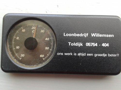 Foto van een Logo Loonbedrijf, druk bezig met Poseren. Het bedrijf bestaat al jaren niet meer, maar de thermometer doet het nog steeds goed. :-)