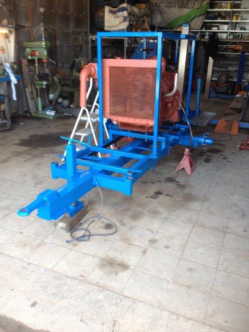 Motorpomp op aan het knappen.  Nieuwe motor er op gezet en geverfd en de motor moet nog blauw gespoten worden. Het is een Ford motor. De Landini pomp en de tank moet er ook nog op.