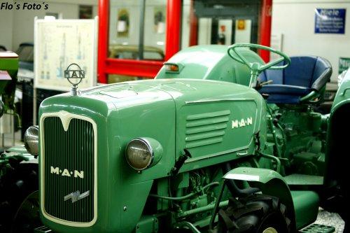 Foto van een M.A.N 4R3 poseren in de trekkermuseum van Oskar Vogel Paderborn. Geplaatst door Florian op 14-01-2017 om 20:52:46, op TractorFan.nl - de nummer 1 tractor foto website.