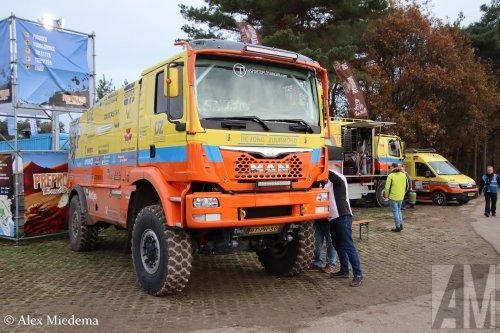 Foto van een MAN TGS 2nd gen van De Jong Zuurmond (Beesd) ×, opgebouwd als rallytruck.  https://www.youtube.com/watch?v=LM5oixWEGl8