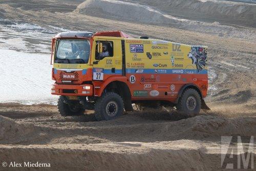 Kijk, daar heb je De Jong Zuurmond (Beesd) × met een MAN TGS 2nd gen, opgebouwd als rallytruck.  https://www.youtube.com/watch?v=LM5oixWEGl8