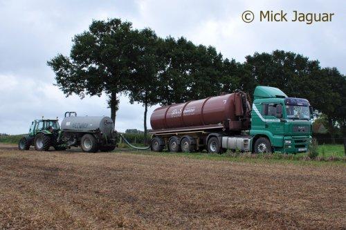 M.A.N TGA 18-430 met tankoplegger, bezig met drijfmest aan te voeren. Transport De Seranno bvba. uit Evergem (B)  Deutz-Fahr Agrotron 165.7 met Dezwaef mesttank 12m³. Loonwerken T'Jampens uit Vinderhoute (B)   Filmpje? -> http://www.tractorfan.nl/movie/40087/