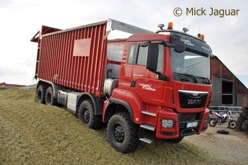M.A.N. TGS41.480 met Fliegl afschuifbak (demo-truck), bezig met mais in te kuilen. Loonbedrijf Neyt uit Oosteeklo (B)  Filmpje? ->http://www.tractorfan.nl/movie/40033/