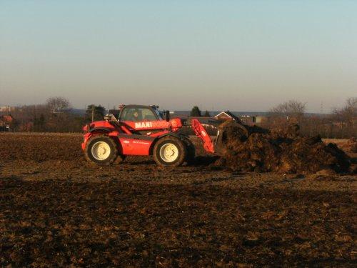 Manitou maniscopic, bezig met bemesten.. Geplaatst door newhollandt6070 op 03-06-2008 om 21:17:54, op TractorFan.nl - de nummer 1 tractor foto website.