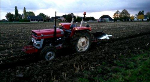 ploegen met mijn MF 135  met gebogen vooras aan het ploegen met een MF44 ploeg. we hebben andere set wielen erop liggen met Vredestein landbouw banden ideale banden voor ploegen.