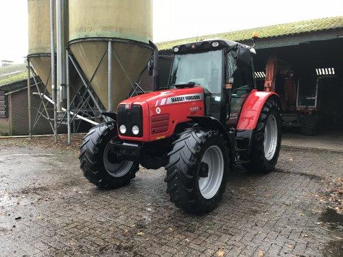 Foto van een Massey Ferguson 5465, weer netjes schoon en ook klaar voor de winterstalling.. Geplaatst door mfboer op 29-11-2017 om 13:01:45, op TractorFan.nl - de nummer 1 tractor foto website.