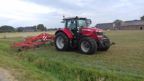 Foto van een Massey Ferguson 6718S aan het opdijken. Geplaatst door g-g op 11-07-2018 om 18:01:41, op TractorFan.nl - de nummer 1 tractor foto website.