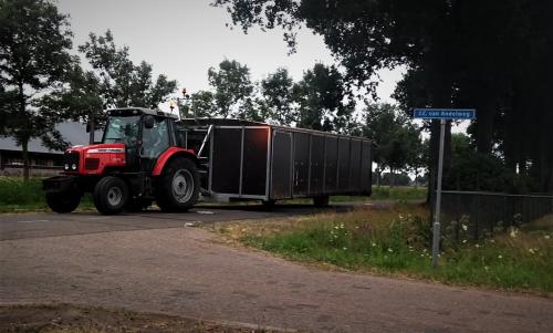 Foto van een Massey Ferguson 5435 met een zelfgebouwde mobiele melkstal.. Geplaatst door Tractor TV op 11-07-2018 om 22:26:14, op TractorFan.nl - de nummer 1 tractor foto website.